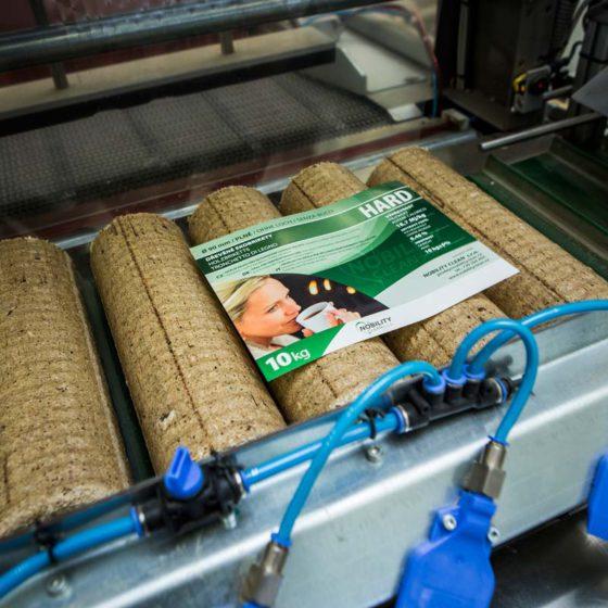 Také balení briket Hard probíhá plně pod kontrolou automatické linky